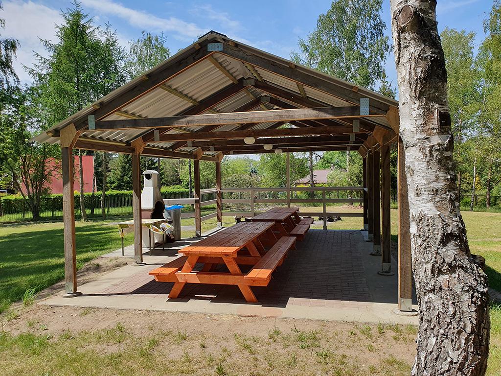 Na terenie pola namiotowego znajduje się miejsce na ognisko oraz zadaszone miejsce na grilla