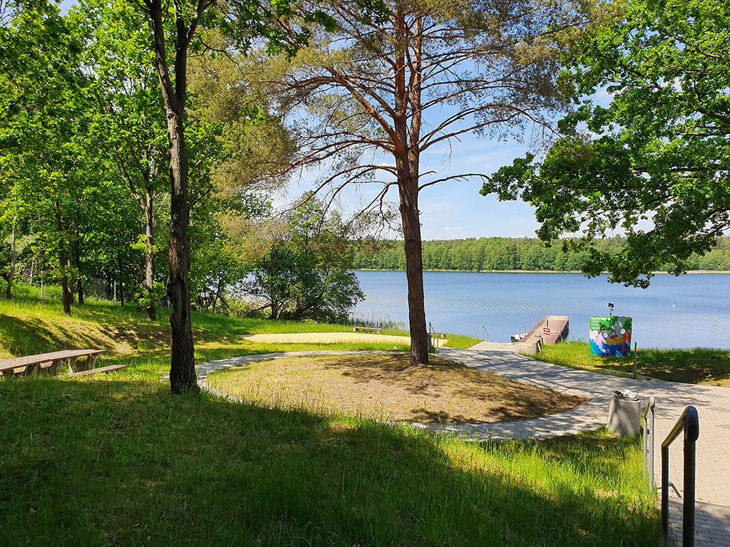 Pole kempingowe przy plaży nad jeziorem
