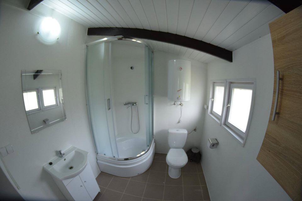 Łazienka z prysznicem w domku letniskowym nad jeziorem