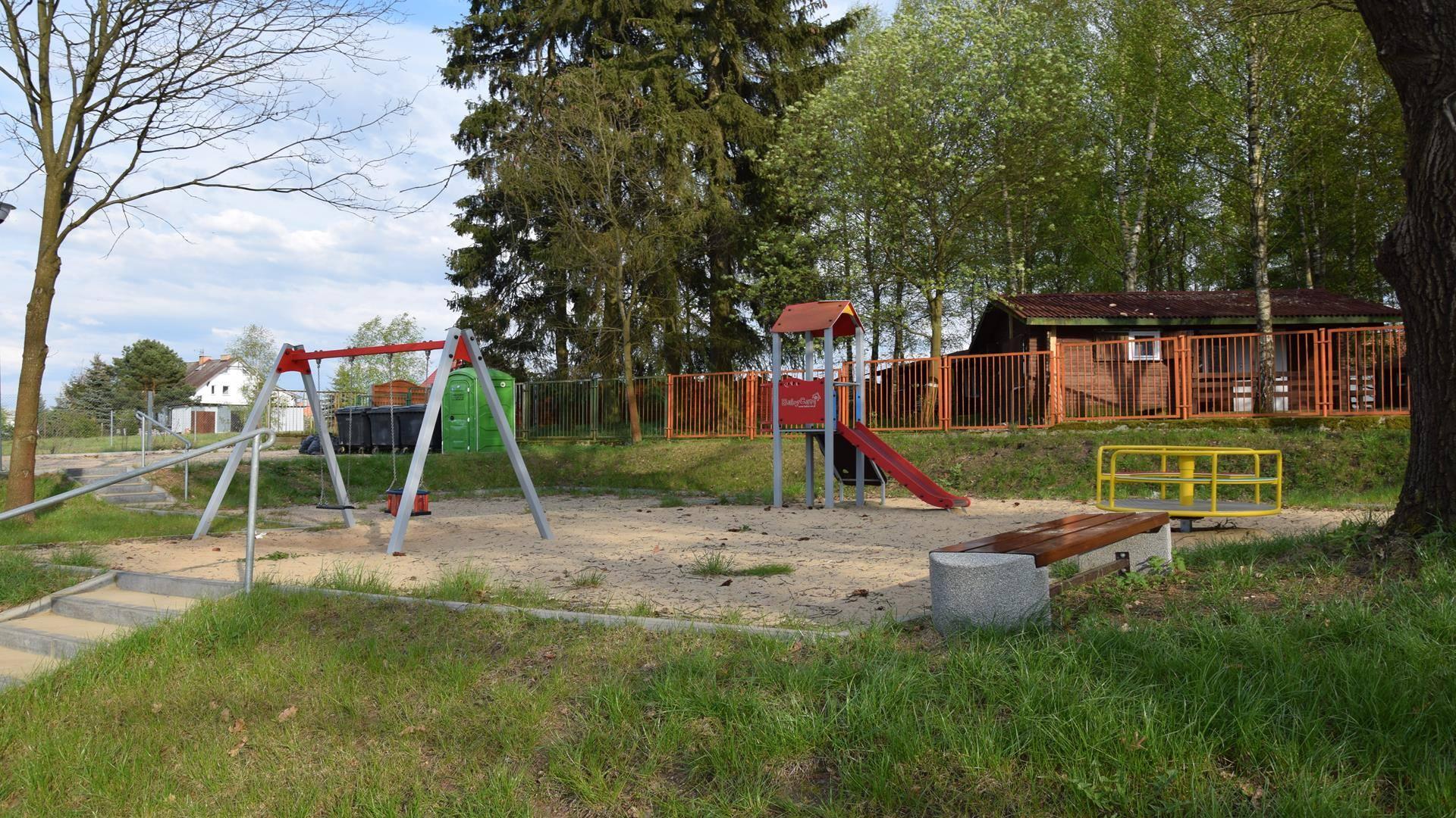 Place zabaw dla dzieci na polu namiotowym EKODAR