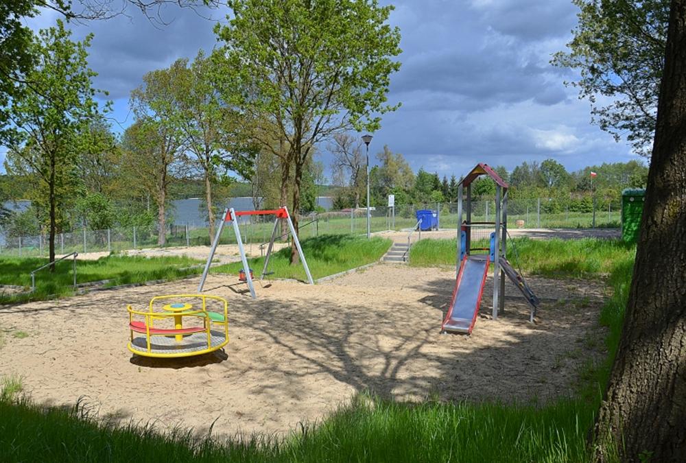 Plac zabaw dla dzieci na kempingu i polu namiotowym Ekodar
