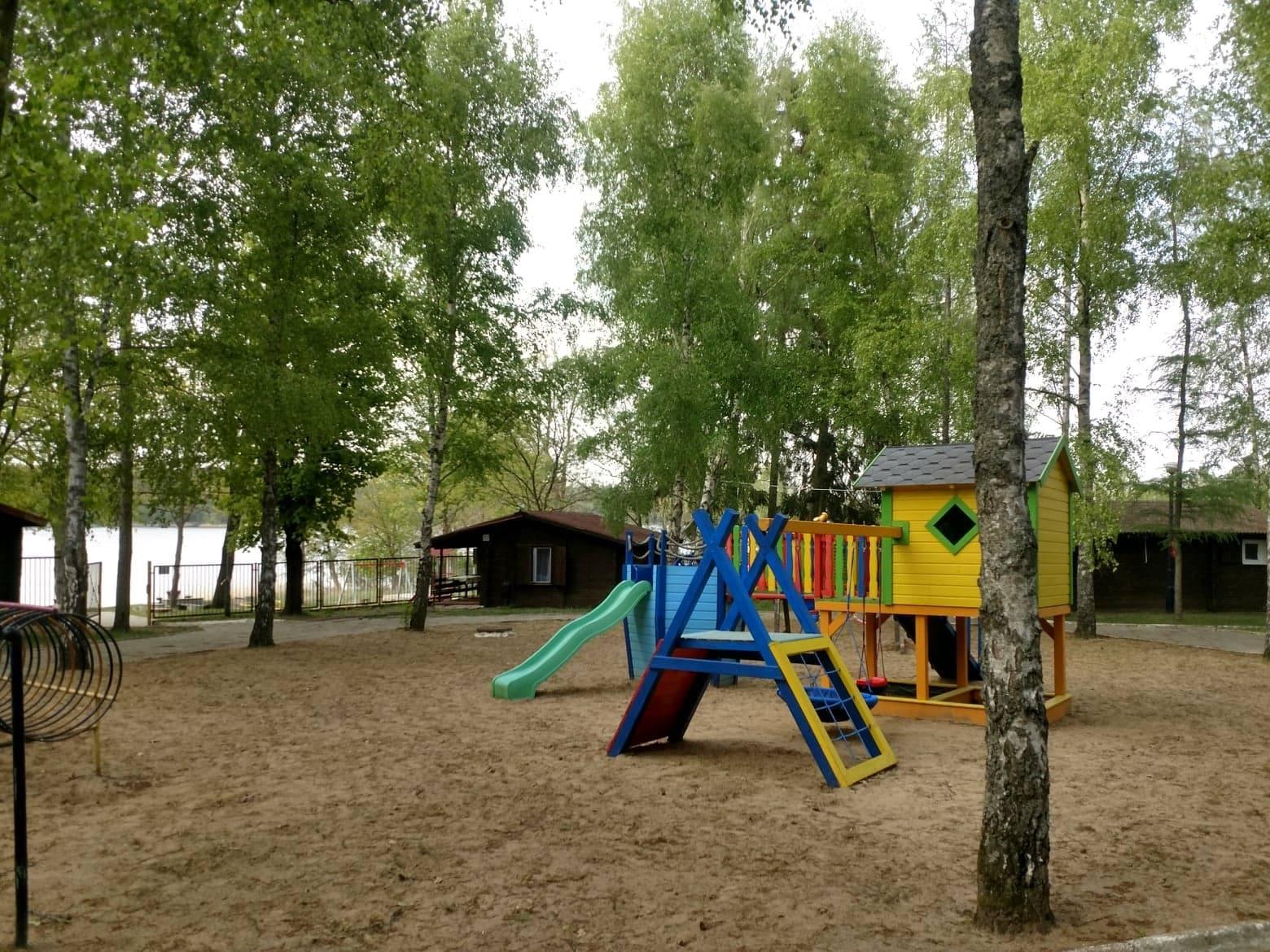 Plac zabaw nad jeziorem Krzemień