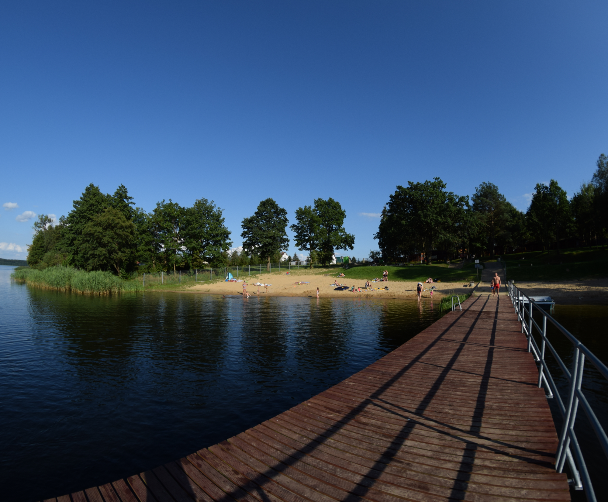 Plaża z długim molo jezioro Krzemień