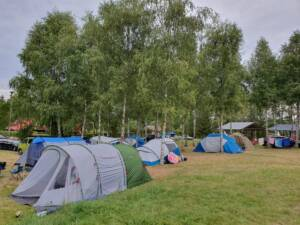 Pole namiotowe nad jeziorem Krzemień