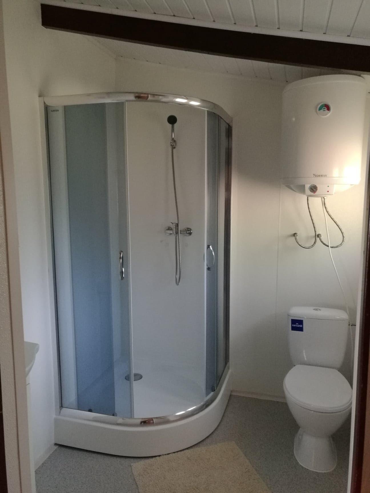 Łazienka z prysznicem w domku nad jeziorem