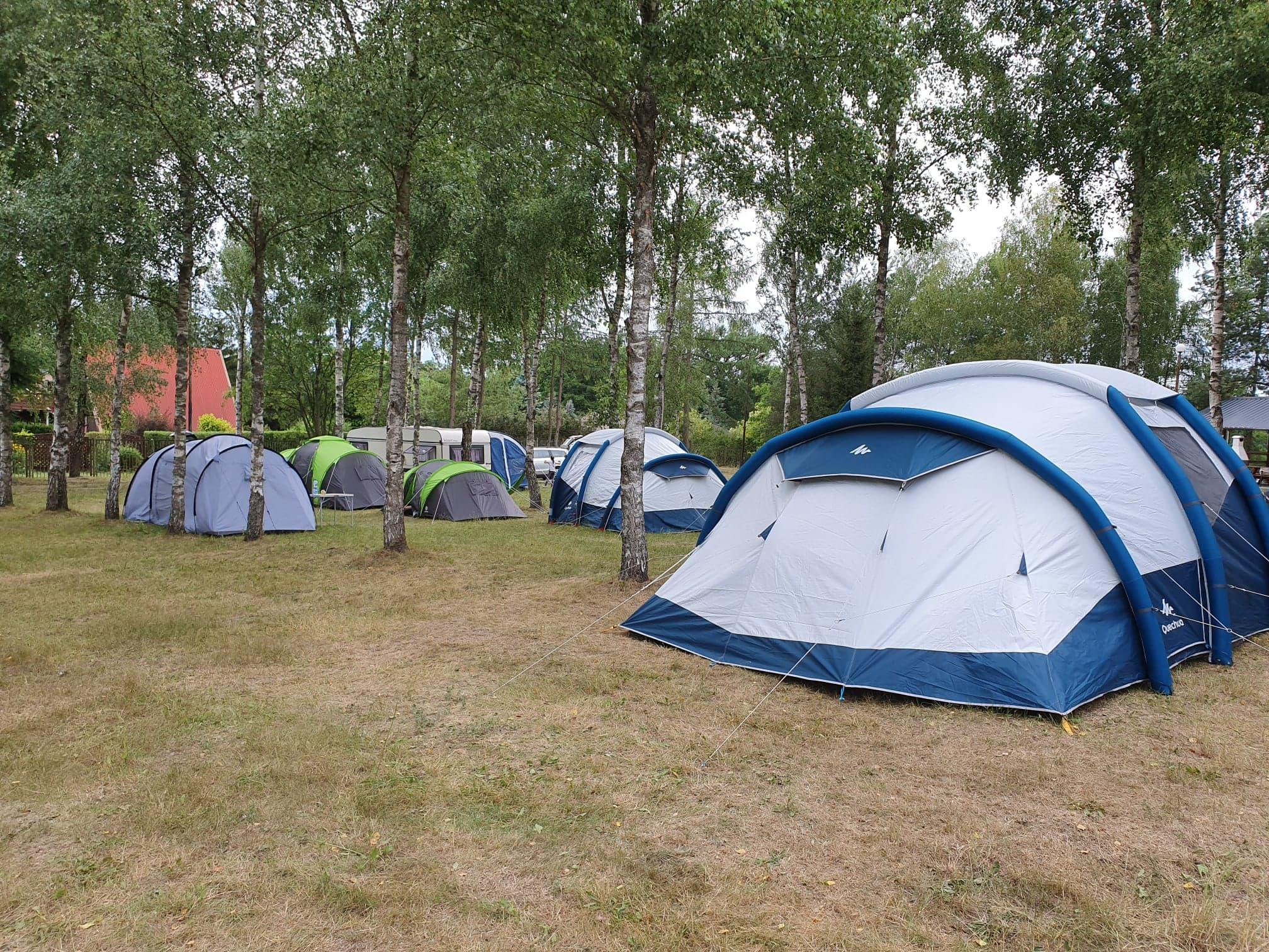 Namioty nad jeziorem w ośrodku wypoczynkowym EKODAR