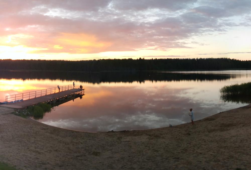 Plaża nad jeziorem z kempingiem i polem namiotowym