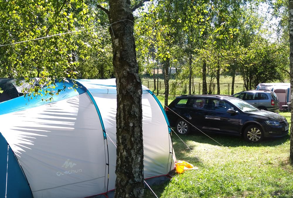 Pole namiotowe, kemping i domki nad jeziorem