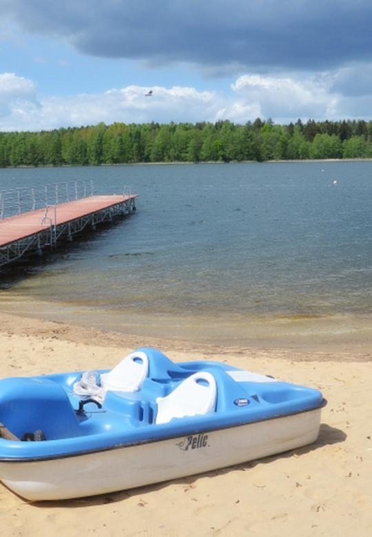 Wypożyczalna sprzętu wodnego nad jeziorem Krzemień